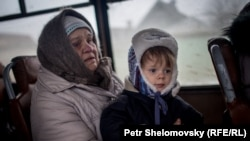 """Эвакуация людей из Дебальцево, фото Петра Шеломовского для """"Настоящего времени"""""""