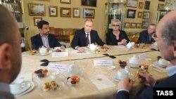 Putin yazıçılarla görüşür, 7 oktyabr 2009