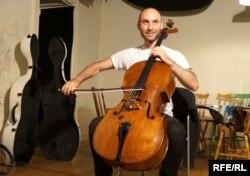 Шведський віолончеліст Якоб Кораний виконує в альбомі «Елегію» Миколи Лисенка