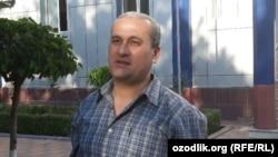 Журналист Бобомурод Абдуллаев при выходе из здания суда, 7 мая 2018 года.