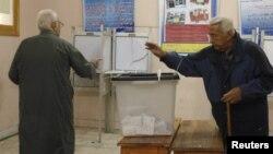 Конституция жобасына қатысты референдумде дауыс беріп жатқан Египет азаматы. Александрия, 15 желтоқсан 2012 ж.