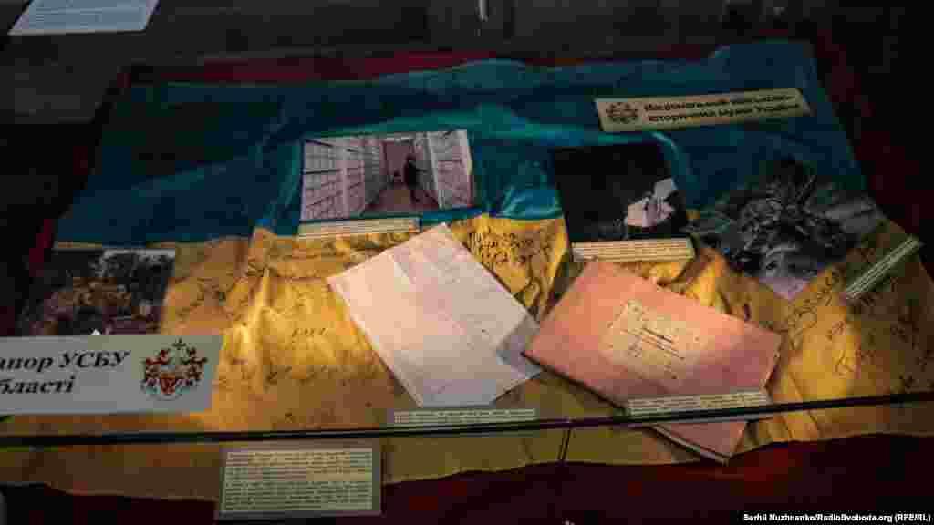 Украинский флаг, висевший над зданием СБУ в Донецке. Использовался боевиками как коврик для ног. В этом же здании содержались украинские пленные. Одному из бойцов батальона «Донбасс» удалось похитить и зашить флаг в свою одежду. После освобождения из плена, в декабре 2014 года, все бойцы расписались на нем