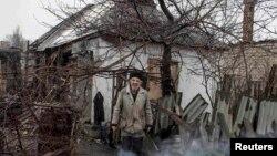 Один из разрушенных домов в городе Дебальцево Донецкой области. 13 марта 2015 года.