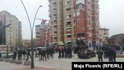 Okupljeni građani na trgu, Severna Mitrovica