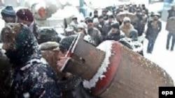 Gürcülər qaz kanistrlarını doldurmaq üçün növbəyə dururlar, 26 yanvar 2006
