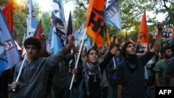 Түркия парламенти Сирияга жооп кайтаруу маселесин талкуулап жатканда Анкарада согушка каршы өткөн марштан бир көрүнүш. 4-октябрь 2012