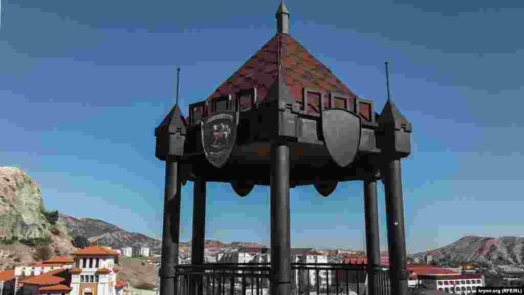 Беседка-ротонда, построенная в 2012 году на Одинокой скале в честь 1800-летия Судака
