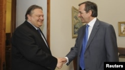 New Democracy leader Samaras (right) shaking hands with Pasok leader Venizelos (file photo)