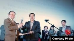 Нарын Айыпка сыйлыкты Жогорку Кеңештин депутаты Каныбек Иманалиев тапшырды.