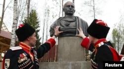 Putiniň 'imperator' heýkeli