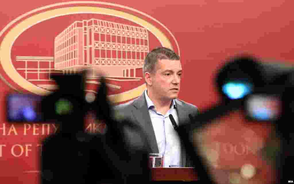МАКЕДОНИЈА - Маваа по нас, некои со раце, некои со сталаци за камери, со столици, со компјутери. Тоа траеше два и пол часа. Села беше на крајната лева страна од групата пратеници кои бевме во ќошот од прес-центарот, изјави министерот Дамјан Манчевски, меѓу другото, во своето сведочење во случајот со нападот врз пратеникот Зијадин Села на 27 април, при насилтвата во Собранието.