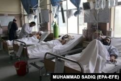 Răniți într-un spital din Kandahar, după atacul terorist din sudul Afganistanului, 30 aprilie 2018