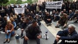 Бывшие и нынешние работники завода «Наирит» проводят сидячий пикет перед зданием правительства в Ереване, 14 мая 2015 г.