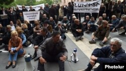 Armenia - Former and current workers of Nairit chemical plant hold a sit-in in Yerevan, 14May2015.
