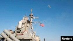 """Российский самолет Су-24 совершает облет американского эсминца """"Дональд Кук"""" в Балтийском море"""