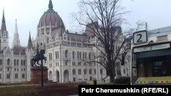 Здание парламента Венгрии в Будапеште и знаменитый трамвай номер «2».