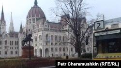 """Здание парламента Венгрии в Будапеште и знаменитый трамвай номер """"2"""""""
