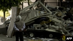 Meksikë - punëtorë të shpëtimit para ndërtesës së dëmtuar në Mexico City