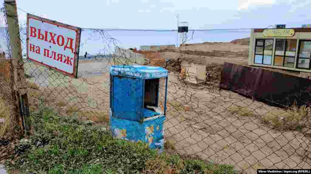 Перед пляжем – забор
