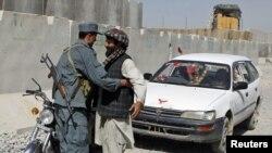 Ооганстан. Полициячы көчөдө жолоочуну текшерүүдө. Кандагар шаары. 6-октябрь 2010