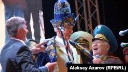 Народный артист СССР Василий Лановой в чапане, подаренном организаторами акции-концерта. Алматы, 21 июня 2017 года.