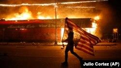 Proteste în SUA după moartea unui bărbat afroamerican în timpul unei arestări