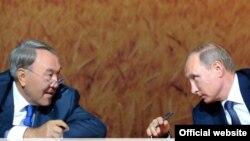 Президент Казахстана Нурсултан Назарбаев (слева) и президент России Владимир Путин на форуме межрегионального сотрудничества. Сочи, 16 сентября 2015 года.