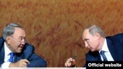 Қазақстан президенті Нұрсұлтан Назарбаев (сол жақта) пен Ресей президенті Владимир Путин Сочидегі аймақаралық форумда. 16 қыркүйек 2015 жыл.