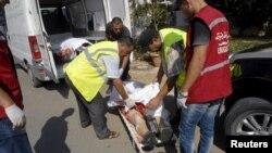 Транспортировка тел погибших сотрудниками экстренных служб Туниса