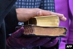 Падчас цырымоніі Абама трымаў руку на дзьвюх Бібліях. Адна зь іх, на якой Абама прысягаў і 4 гады таму, належала прэзыдэнту Абрагаму Лінкальну. Сёньня да яе Абама дадаў яшчэ адну — Біблію знакамітага сьвятара, змагара за грамадзянскія правы Марціна Лютэра Кінга, які быў забіты ў 1968 годзе.