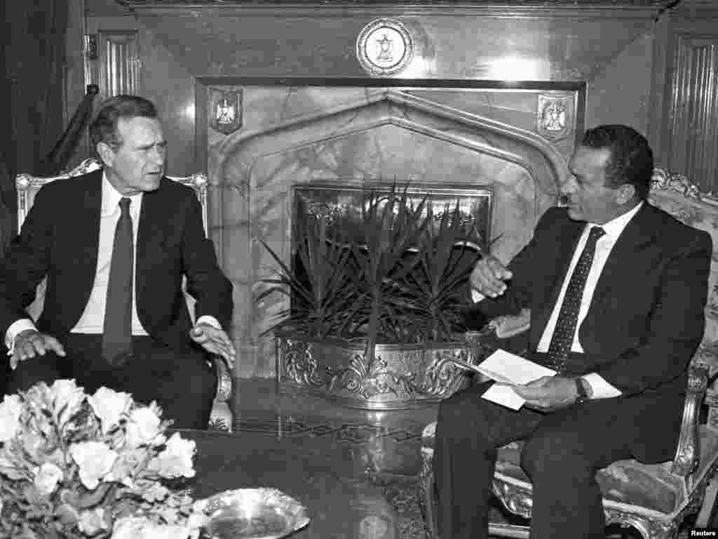 Mubarak meets with U.S. Vice President George Bush at the Presidential Palace in Cairo in August 1986.