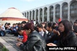 Сүрөттө: 7-апрелде окко учкандарга куран окулуп жатат, 7-апрель, 2011-жыл