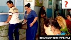 Türkmenistanyň döwlet edaralarynyň birinde nobata duran ýaşaýjylar.