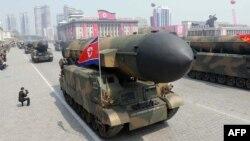 На параде в Пхеньяне по случаю 105-й годовщины Ким Ир Сена