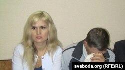 Алена Мальцава разам з бацькам, які ня можа стрымліваць слёз