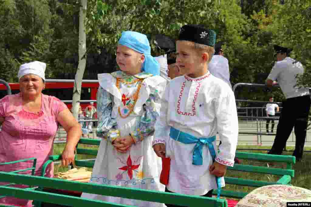 Сабантуй кунакларын каршы алучы татар милли киемле балалар
