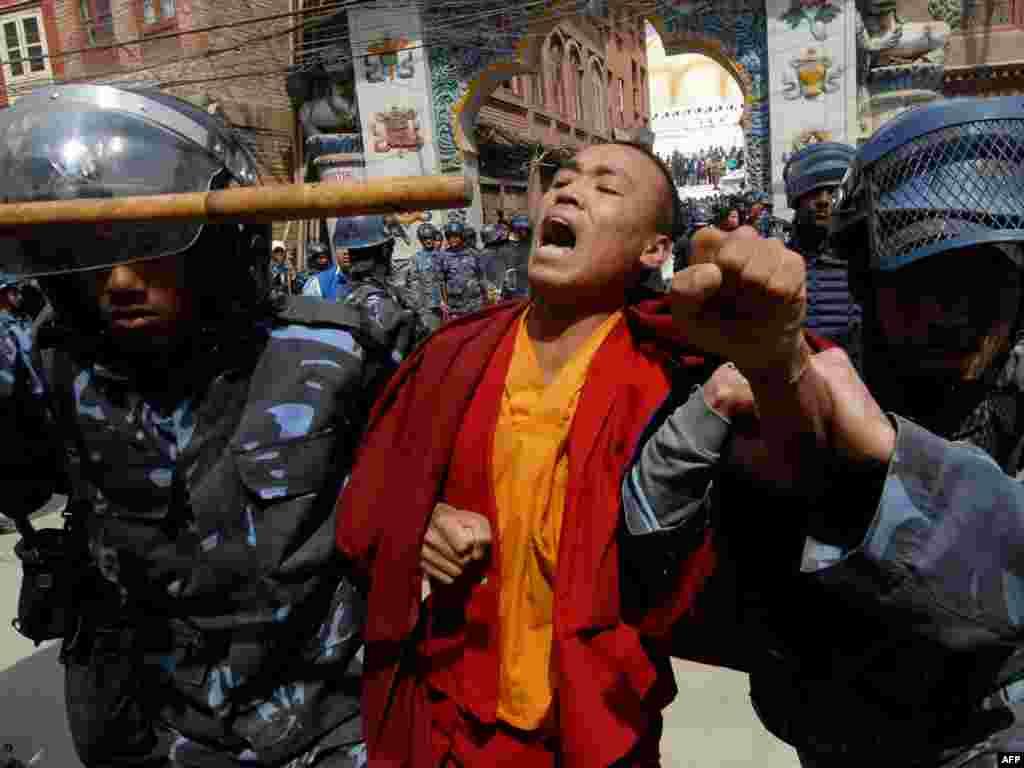 Монах отмечает 50-летие тибетского восстания против КНР