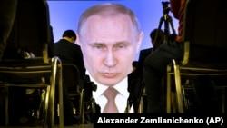 Ресей президенті Владимир Путиннің жолдауын үлкен монитордан қарап отырған журналистер. Мәскеу. 1 наурыз, 2018 жыл.