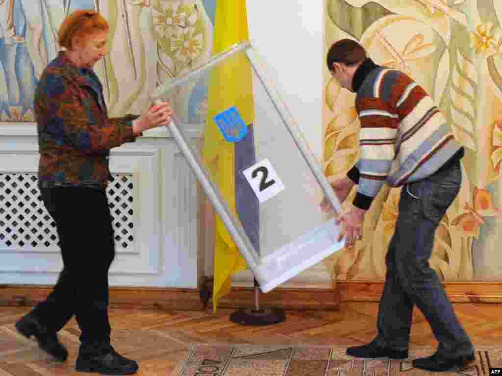 Članovi izborne komisije pripremaju glasačka mesta
