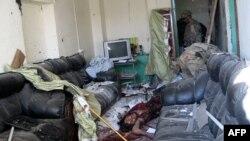 Америкалык жоокер Кандагардагы полицияканада өзүн жардырган жанкечтинин денесин текшерүүдө. 11-январь 2011