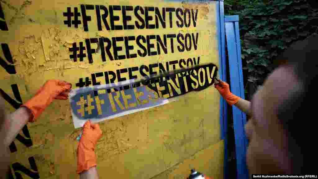Активисты раскрасили забор в синий и желтый цвета, написав на нем «FreeSentsov»