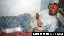 Алматы маңындағы Бақай ауылындағы үйлерді күреуге қарсылық акциясы кезінде аяғын жаралап алған ақын әрі диссидент Арон Атабек. Алматы, 13 мамыр 2006 жыл.