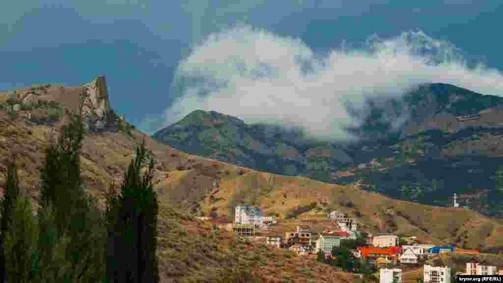 Навколо тихого і затишного селища Курортне, що у приморській долині неподалік Феодосії, несуть свою вічну вахту мальовничі хребти Карадазького масиву і відроги гори Ечки-Даг