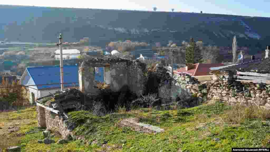Развалины домов на предгорной окраине села