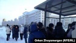"""Жильцы комплекса """"Махаббат"""" у здания генеральной прокуратуры. Астана, 18 декабря 2013 года."""
