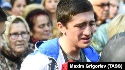 Окупований Крим. Люди оплакують жертв масового вбивства в коледжі у Керчі, 18 жовтня 2018 року