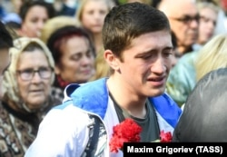 Люди у временного мемориала погибшим в Политехническом колледже в Керчи