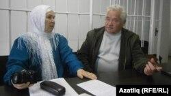 Фәүзия Бәйрәмова һәм яклаучы Әнәс Батаев мәхкәмә бүлмәсендә. 17 сентябрь
