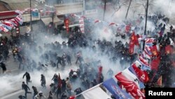 Поліція застосовує сльозогінний газ проти протестувальників у Стамбулі, 12 березня 2014 року