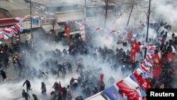 Полиция үкіметке қарсы шерушілерге көзден жас ағызатын газ шашып жатыр. Стамбул, 12 наурыз 2014 жыл.